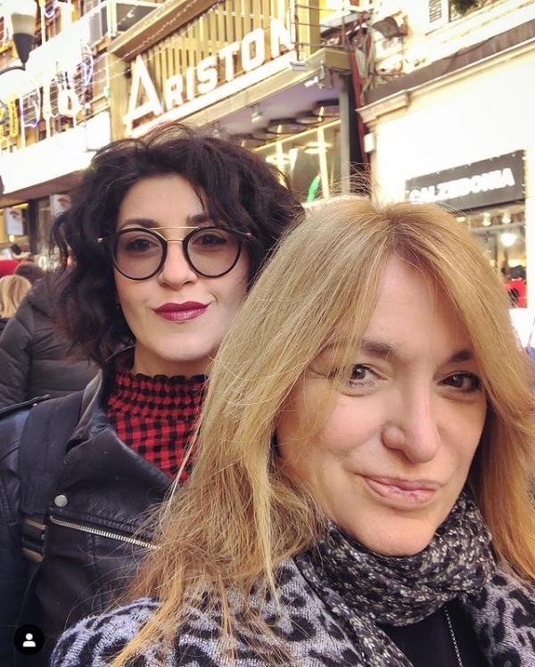 Tiziana Campanella & Susanna Vianello in trasferta davanti all'Ariston nell'edizione 2019.